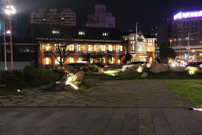 照片23.廣場幽靜夜間照明與北側「鐵道部」古蹟相呼應[開啟新連結]