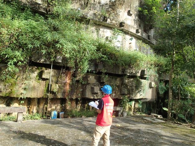 臺北市政府工務局大地工程處委託專業技師現場巡勘山坡地社區水土保持設施,針對擋土牆評估安全性,並提供改善意見。