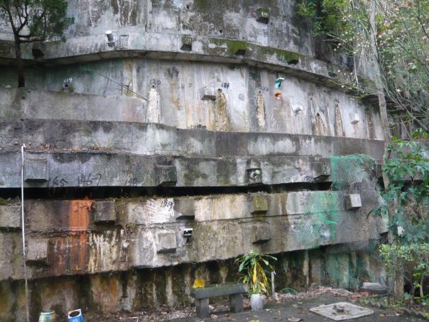 臺北市政府工務局大地工程處委託專業技師輔導山坡地社區,自行裝設擋土牆觀測儀器及增設洩水孔,並清疏排水溝,自主維護安全。