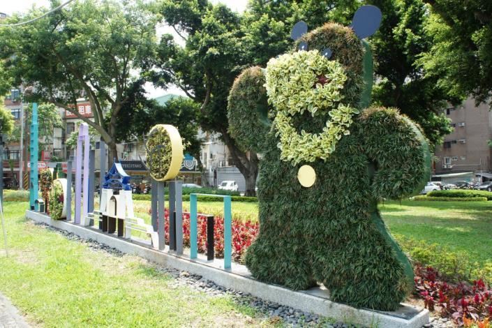 圖5.熊讚綠雕和臺北城市街景