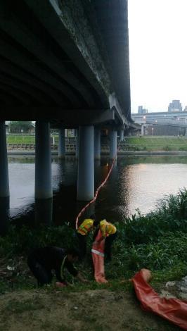 環保局派員於基隆河之南湖大橋下方設置攔污索