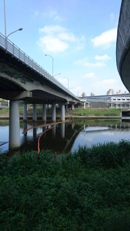 環保局於南湖大橋下方設置二道攔污索