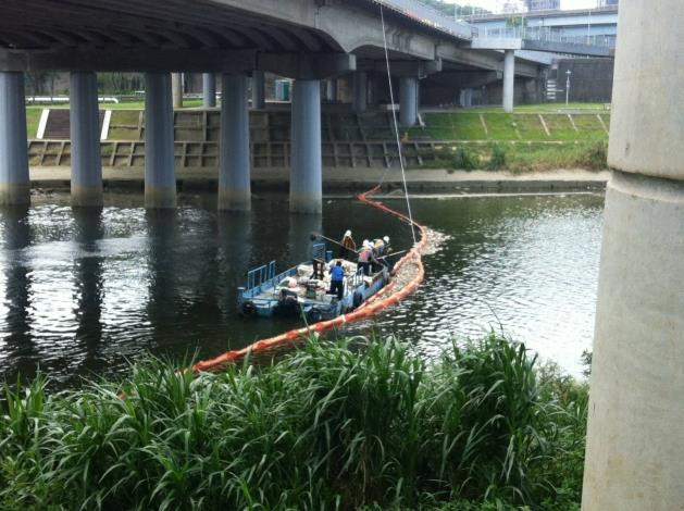 水利處進行河面撈除作業