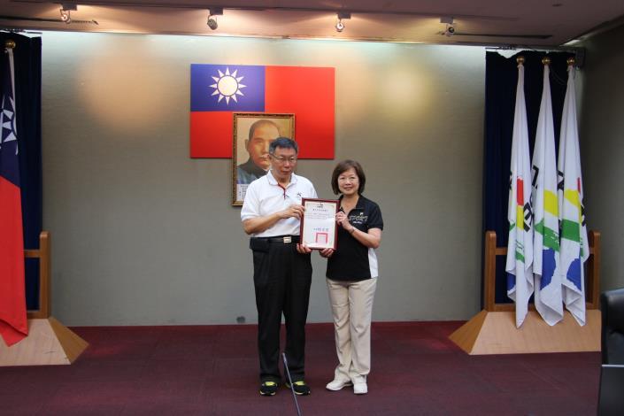 圖4_市長頒贈感謝狀答謝團法人台灣旅遊協會(林純如秘書長)