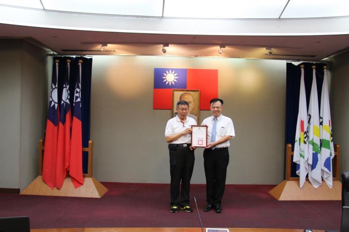 圖6_市長頒贈感謝狀答謝億光文化基金會(呂立夫專案部經理代表)