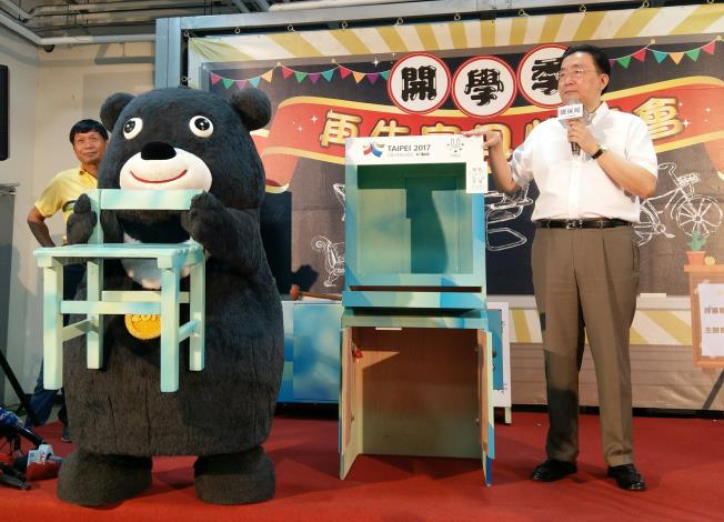 熊讚與劉局長拍賣世大運安檢櫃改裝之柯P簽名電腦桌椅