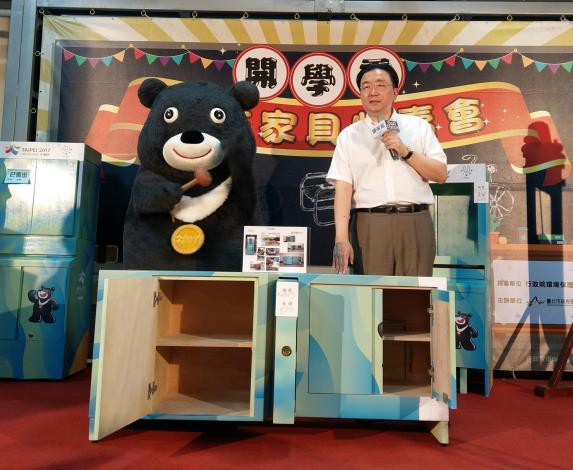 熊讚與劉局長拍賣世大運安檢櫃改裝之柯P簽名電視櫃