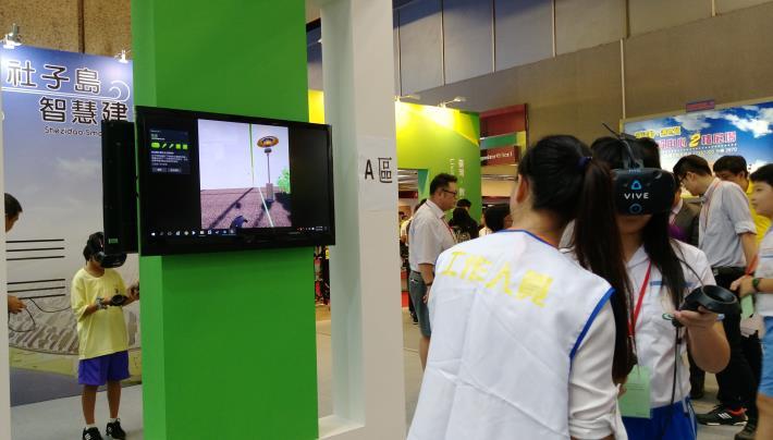 圖說:福安國中、富安國小學生於臺北館進行VR科技體驗