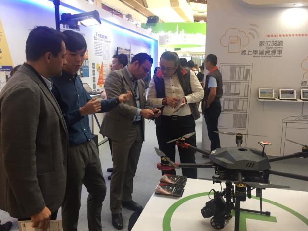 圖說:台北市政府向英國貴賓介紹台北館-無人機、3D地景內容。[開啟新連結]