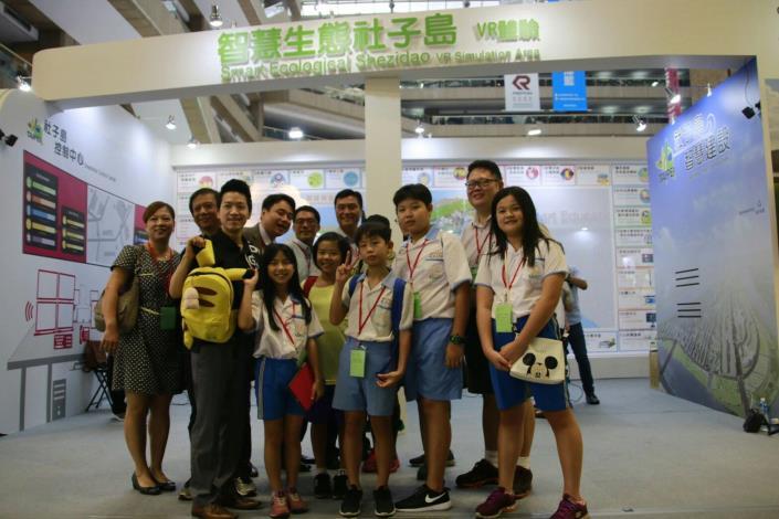 圖說:台北市議員何志偉參觀「亞洲新創台北」,與福安國中、富安國小學生合影。[開啟新連結]