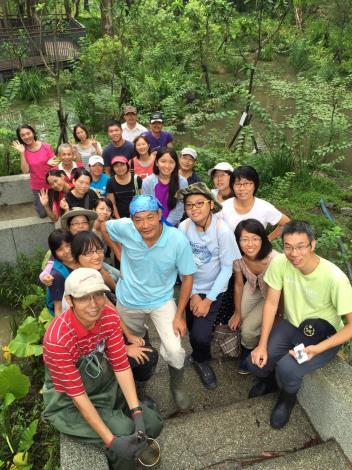 圖2志工和陳德鴻老師帶領學生認識萃湖的生態環境