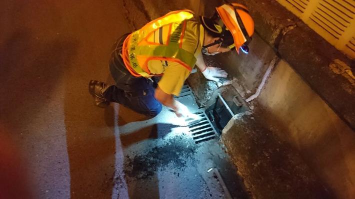 人員清理高架道路洩水孔作業情況