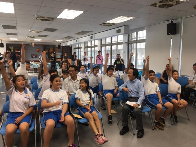 臺北市副市長林欽榮,就社子島地理人文以及智慧建設相關知識,與學生進行問答遊戲,學生熱烈舉手搶答。