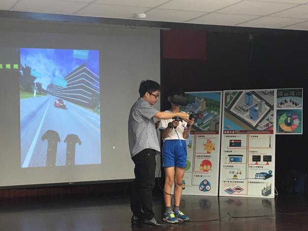 臺北市副市長林欽榮再訪社子島陪同學童體驗VR