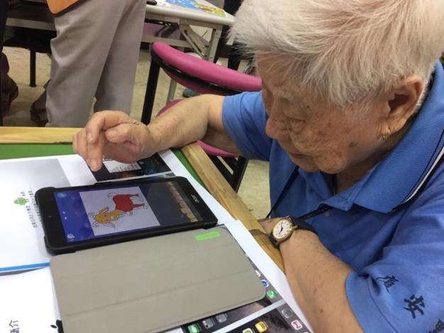 圖說:完全不會使用手機的92歲奶奶馬上學會如何用手機畫畫。