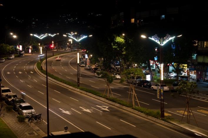 相片5-大業路櫻花路燈夜景[開啟新連結]