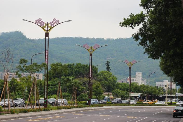 相片11-大業路櫻花路燈日間樣貌[開啟新連結]