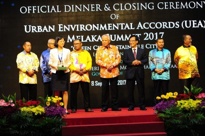 2017 UEA 高峰會 臺北市環保局副局長蔡玲儀代表領獎