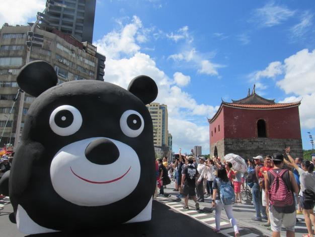 熊讚花車抵達遊行地點北門,受到民眾熱烈歡迎