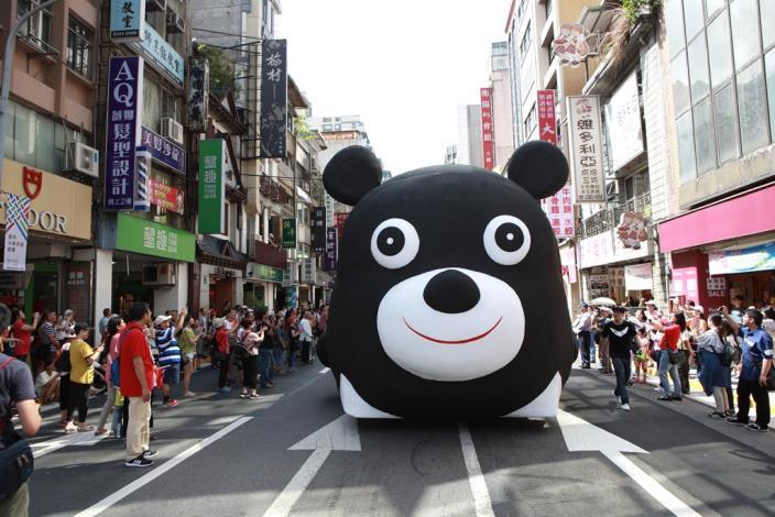 熊讚花車所到之處都受到民眾英雄式歡呼
