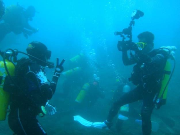 圖5. 澎湖海域海底潛水照三,葉先生帶團潛導澎湖南方四島海域。[另開新視窗]