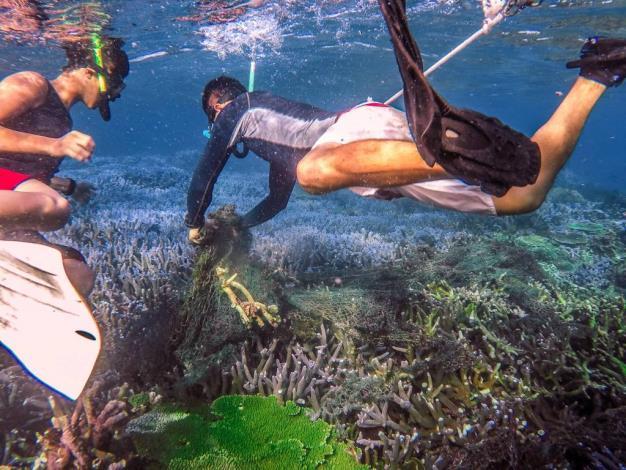 圖7. 葉先生與潛水夥伴共同清除海底漁網,維護海洋永續生態。[另開新視窗]