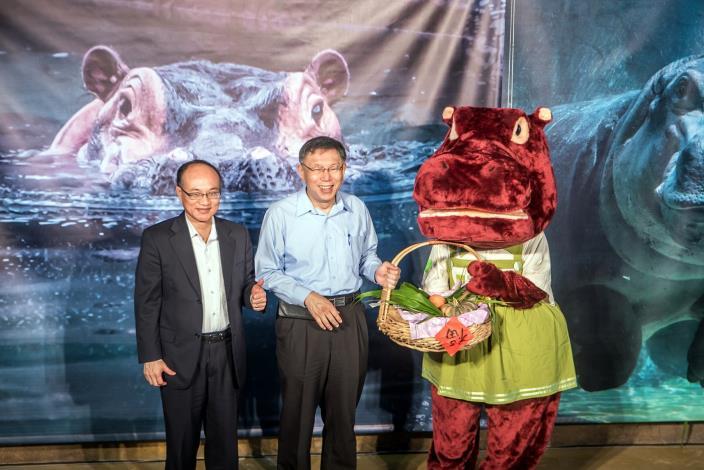 柯文哲市長與曾燦金教育局長贈送青牧草等食材給河馬代表