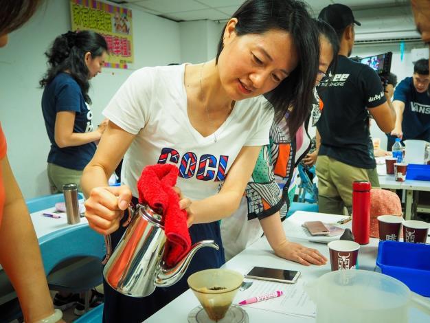學員認真學習煮咖啡技巧