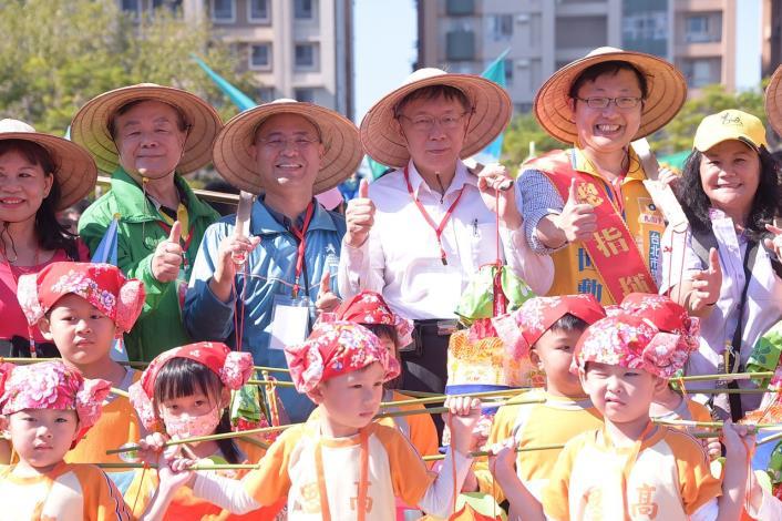 參加2018臺北客家義民嘉年華  柯文哲:臺北就像個客家大夥房,盼大家一同來學客家話,以實際行動讓客家文化在北市繼續傳承發揚。