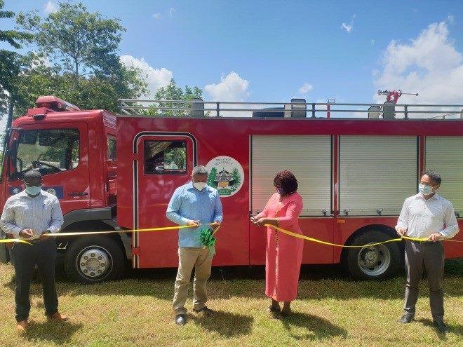 錢大使與Oscar Mira國務部長(左二)、Sheran Palacio市長(右二)及Kenrick Williams次長(左一)共同為消防車剪綵