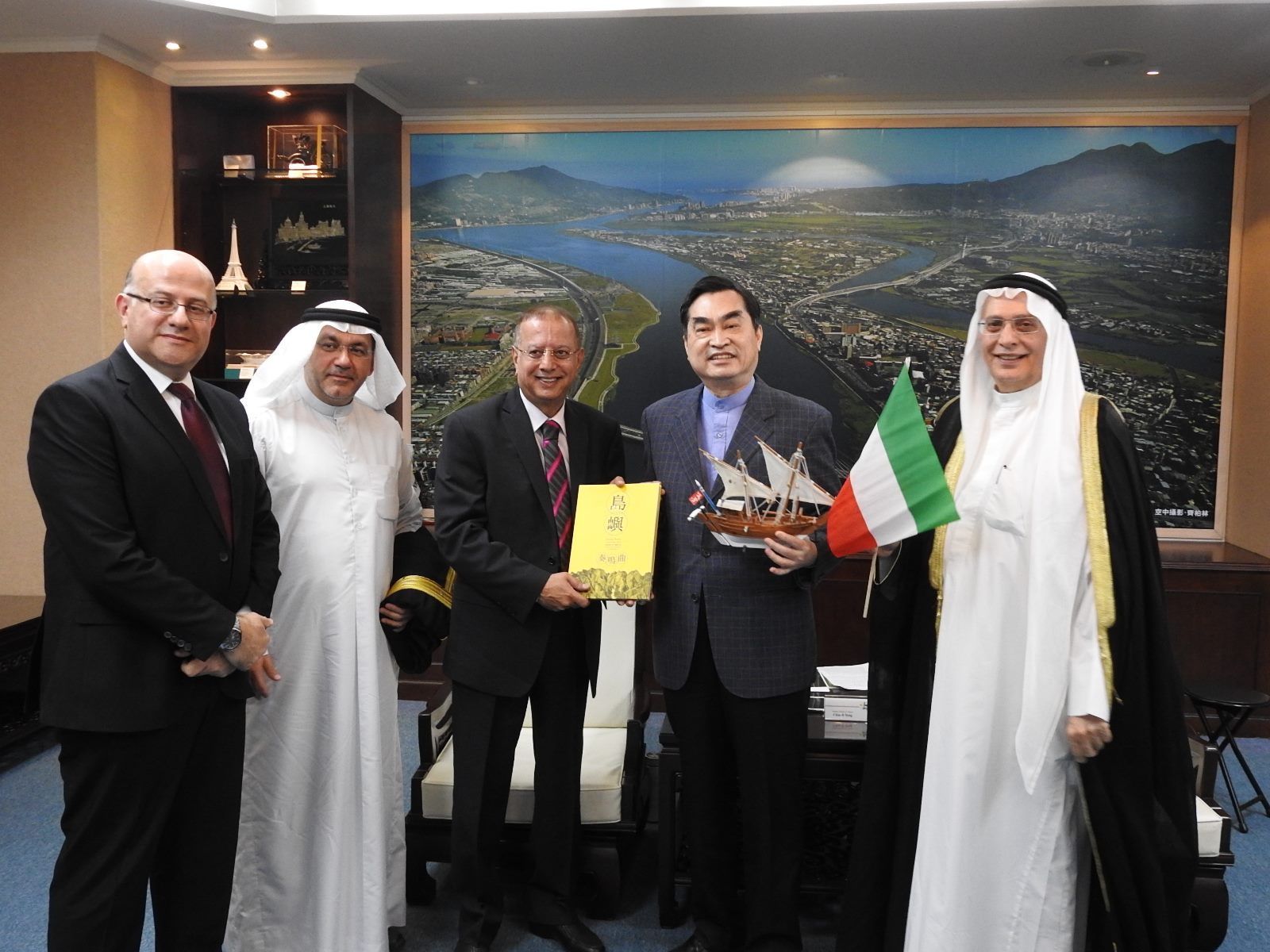 20190408_Deputy_Mayor_Teng_receiving_Dr._Bader_Malallah,_Director_General_of_Arab_Planning_Institute