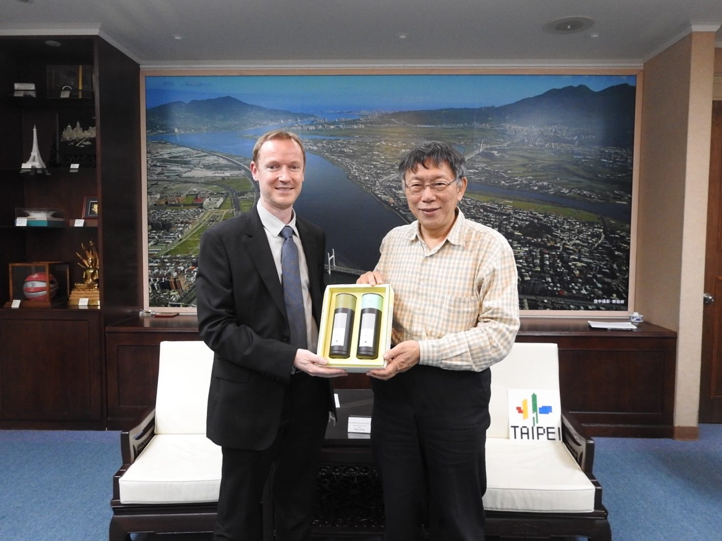 1090213_Mayor Ko received Mr. Bo Mønsted, Director of the Trade Council of Denmark, Taipei.