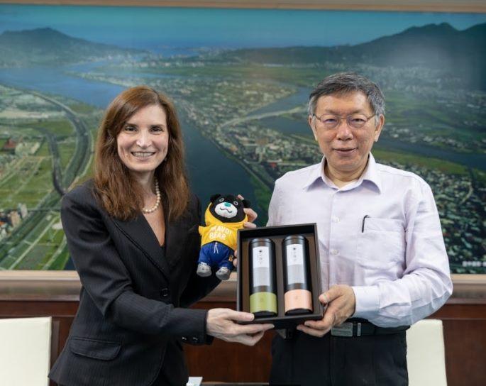 1100316_Rep. Jenny Bloomfield from the Australian Office visited Mayor Ko