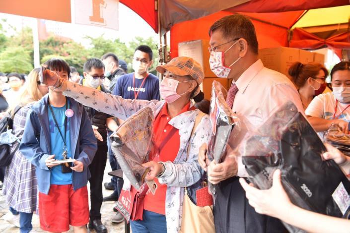 109年國慶升旗慶祝活動照片-柯市長發送嗡嗡包