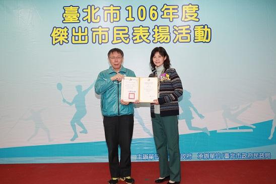 王齊麟母親陳美惠女士代表受獎