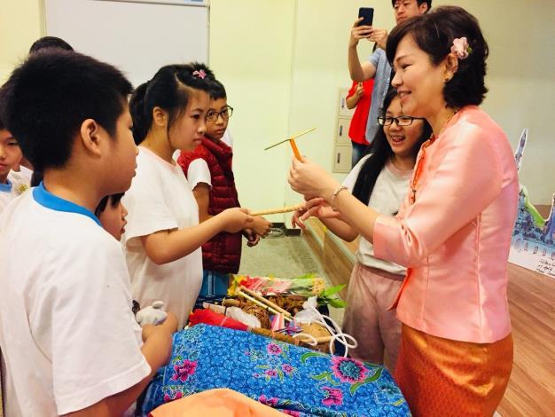 12.有趣的泰國童玩竹蜻蜓[開啟新連結]