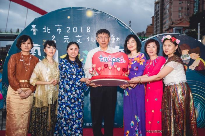 南洋水燈節-市長與新移民姐妹製作愛心水燈