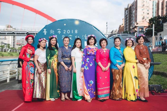 南洋水燈節-新移民姊妹換上傳統服飾擔任活動關主