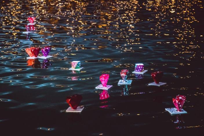 南洋水燈節-波光粼粼照映基隆河岸