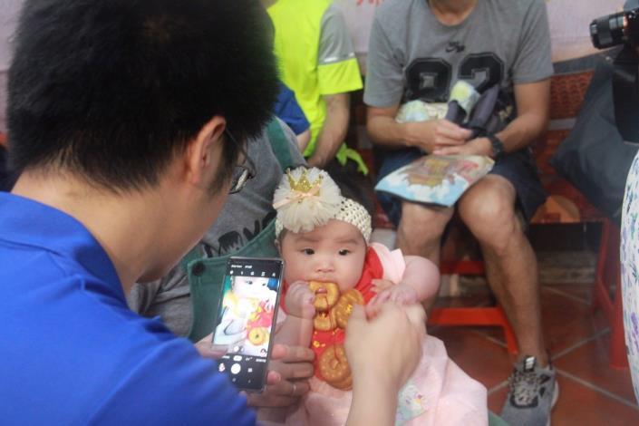 爸爸為女兒拍下收涎紀念照