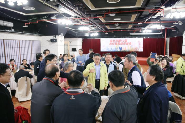 市長、局長和臺北市第12屆卸任里長感恩餐會與會貴賓寒暄.JPG