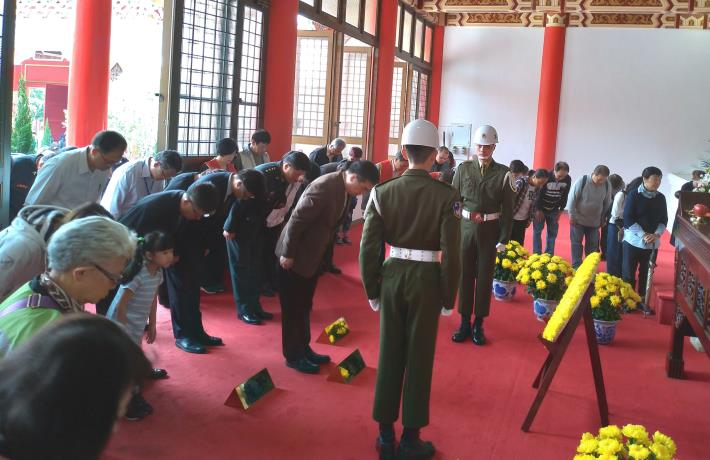 鄧副市長率各界代表向烈士行鞠躬禮