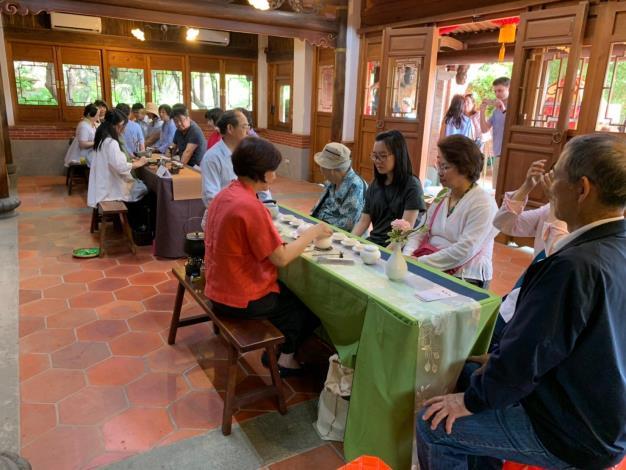 泡茶師聯會茶師與來園遊客共享
