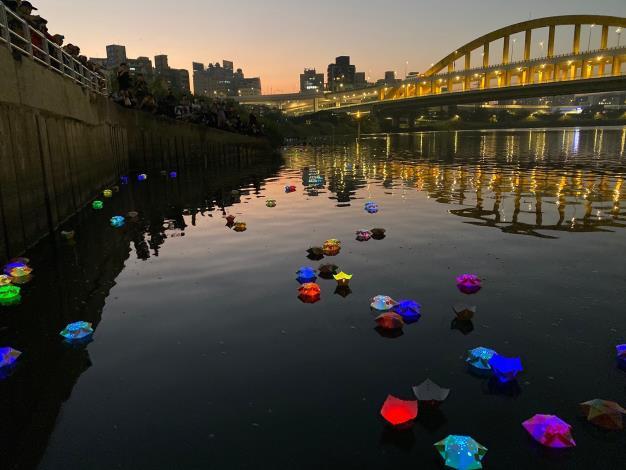 星光熠熠照亮成美河岸