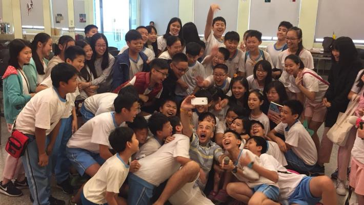 2.Wu Feng is surrounded by the warm and excited group of students[Open in new window]