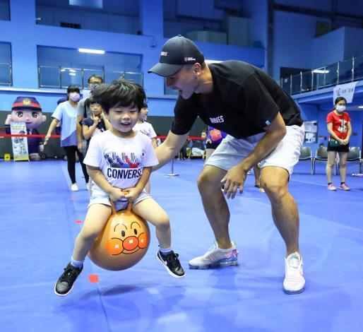 親子互動課程實況-彈跳球移動