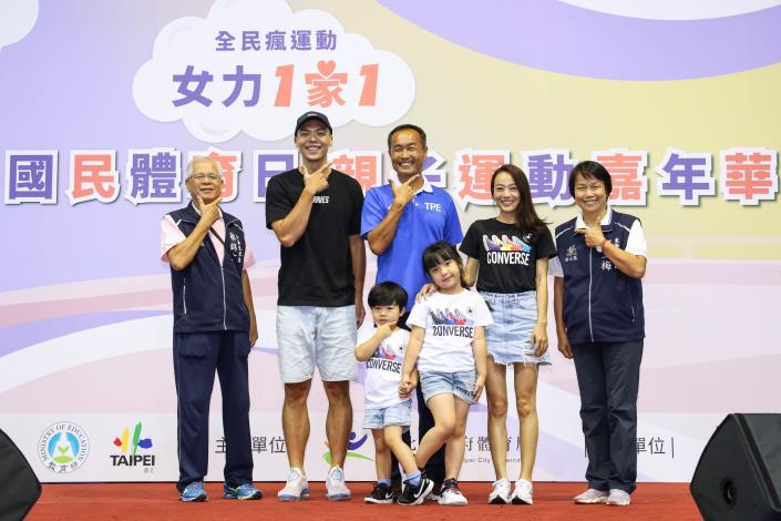 體育局李再立局長(右3)、介壽里蔡錦文里長(左1)、東榮里鄭玉梅里長(右1)及蔡文誠(左2)一家