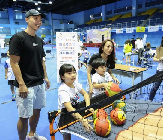 蔡文誠(左1)和家人投籃闖關