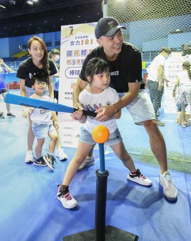 蔡文誠(右1)與女兒一起完成棒球打擊關卡