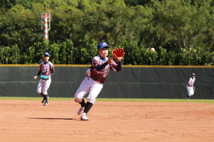 比賽實況-照片中為台北御聖女子棒球隊14號選手鄭聿妏